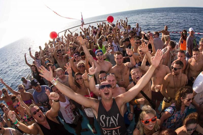 FIESTA CATAMARAN IBIZA: Float Your Boat parties 4