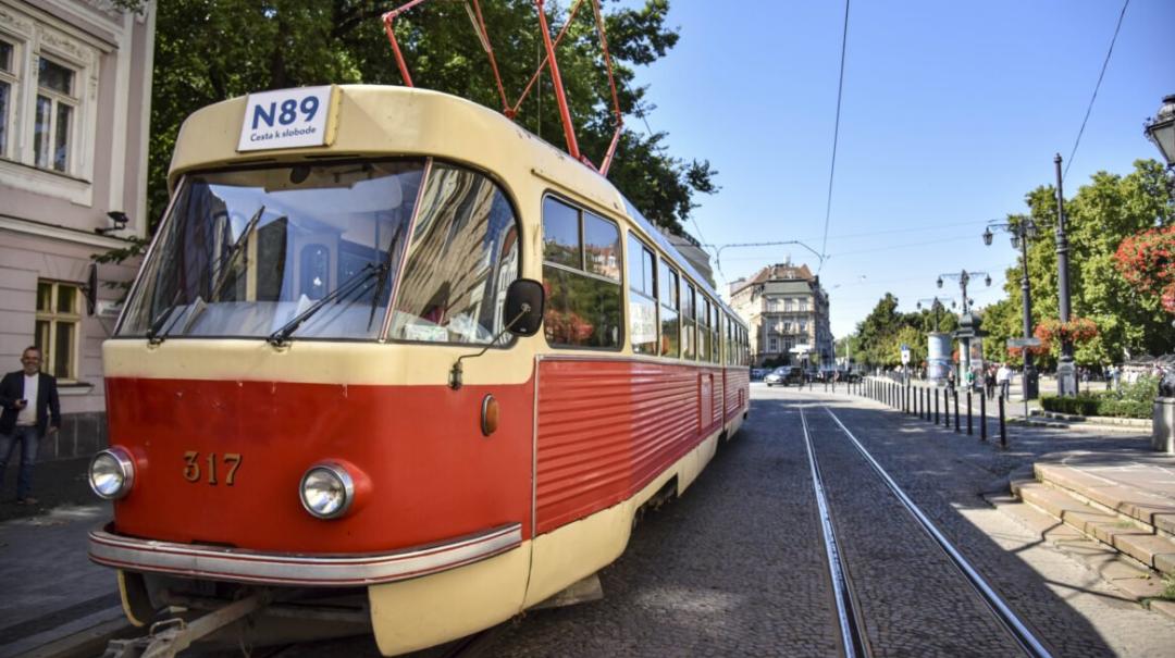 El tranvía histórico en el centro de la capital recordará la Revolución Suave. 31