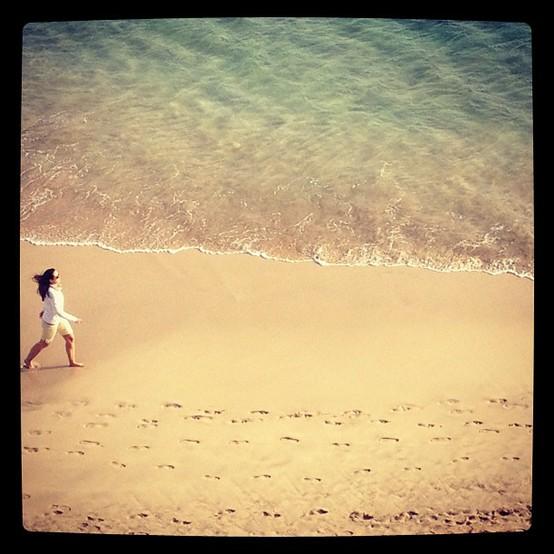 UN INSTANTE: Caminando por la playa 2